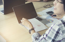 妇女与计算器、没有的商业文件和的计算机一起使用 免版税库存图片