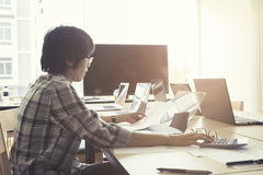妇女与计算器、没有的商业文件和的计算机一起使用 免版税库存照片