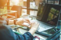 妇女与计算机一起使用在办公室 图库摄影