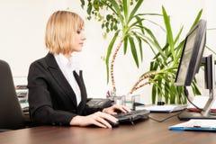 妇女与计算机一起使用 库存图片