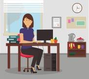 妇女与计算机和文件夹一起使用在她的书桌在办公室 库存图片