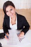 妇女与长条图一起使用 免版税库存图片