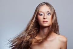妇女与飞行头发的表面纵向 免版税库存照片