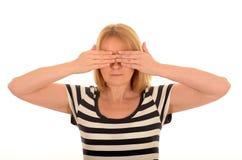 妇女与移交她的眼睛 免版税库存照片