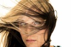 妇女与头发的头关闭在面孔前面 免版税库存照片