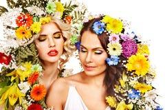 妇女与组成并且开花。 免版税库存照片