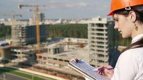 妇女与建筑计划的建筑师检查