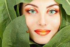 妇女与绿色的秀丽面孔离开框架 库存图片