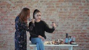 妇女专业化妆师做蜡艺术戏院的塑料构成并且绘少女的面孔并且生成图象 影视素材