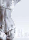 妇女两次曝光画象比基尼泳装和纽约地平线的 免版税库存图片