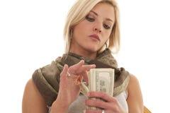 妇女严肃的计数的金钱 免版税库存图片