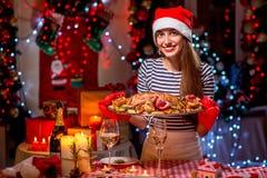 妇女为圣诞晚餐做准备 免版税库存图片