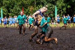妇女为在开放白俄罗斯语冠军的球作战在沼泽橄榄球 图库摄影
