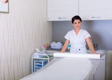 妇女为在美容院的工作做准备 库存照片