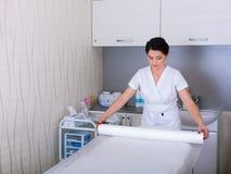 妇女为在美容院的工作做准备 免版税库存图片