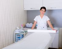 妇女为在美容院的工作做准备 免版税库存照片