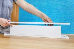 妇女为家具连接,特写镜头使用木定缝销钉联接 免版税图库摄影