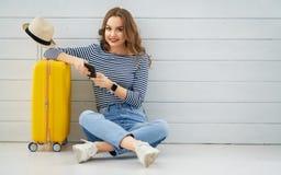 妇女为旅途做准备 免版税库存图片