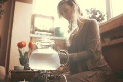 妇女为茶道做准备 免版税图库摄影