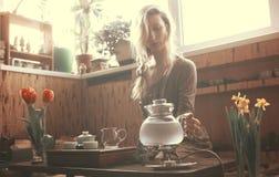 妇女为茶道做准备 免版税库存图片