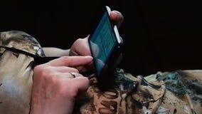 妇女为通信使用智能手机 股票录像