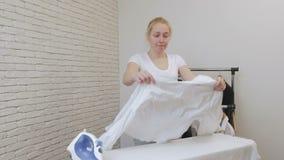 妇女主妇冲程白色衬衫和舞蹈 股票录像