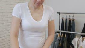 妇女主妇电烙的白色衬衫袖子 影视素材