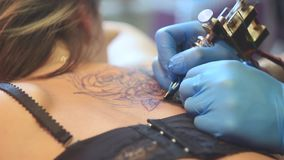 妇女主要纹身花刺后面 股票录像