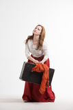 妇女举一个重的手提箱 免版税库存图片