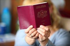 妇女举行一本红色护照 库存照片