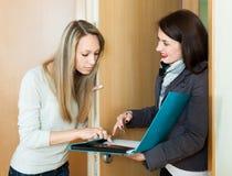 妇女举行一次社会勘测 免版税库存图片