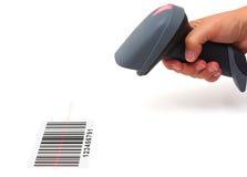 妇女举行与激光的扫描器和扫描条形码 免版税库存照片