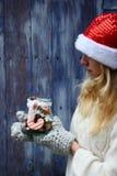 妇女举行圣诞节瓶子用曲奇饼 免版税库存照片