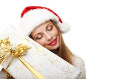妇女举行在白色背景的圣诞节礼物 免版税库存图片