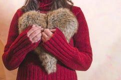 妇女举行心脏形状 免版税库存照片