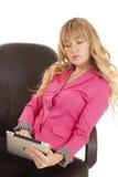 妇女举行片剂严肃的桃红色 免版税库存图片