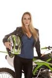 妇女举行盔甲支持自行车 图库摄影