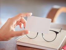 妇女举行空白名片 库存照片