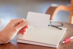 妇女举行空白名片 免版税库存照片