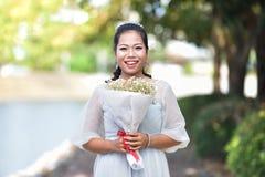 妇女举行高兴花束的花敬佩 图库摄影