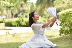 妇女举行高兴花束的花敬佩 库存照片