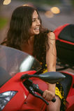 妇女乘坐精密自行车 免版税库存照片