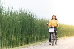 妇女乘驾自行车 免版税图库摄影