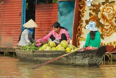 妇女买卖从小船的食物在浮动市场上在Tonle Sap湖在暹粒,柬埔寨 免版税库存图片
