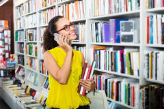 妇女买的书和聊天 免版税库存照片