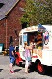 妇女买的冰淇凌,利物浦 库存照片