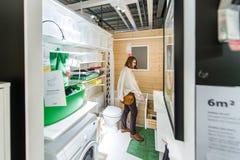 妇女买的卫生间家具 图库摄影