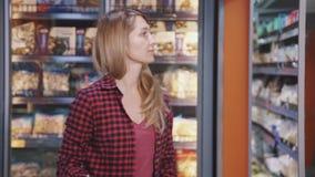 妇女买的合格品在大型超级市场 影视素材