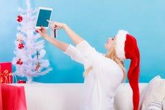 妇女买的圣诞节礼物在网上 库存照片