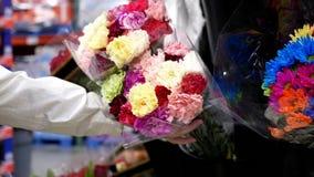 妇女买的花的行动 股票录像